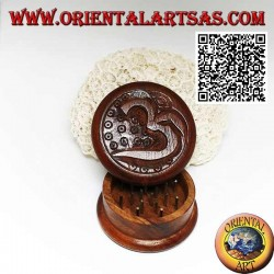 "Tobacco grinder in mahogany wood with carved Sanskrit Hindu word Om ""ॐ"" 5 cm Ø"
