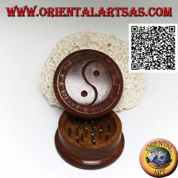 "Tobacco grinder in mahogany wood with carved Taoist symbol ""Yin Yang"", 5 cm Ø"