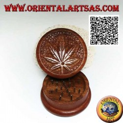 Tobacco grinder in mahogany wood with carved cannabis leaf, 6.5 cm Ø