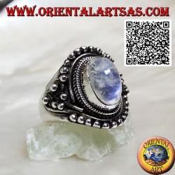 Bague en argent avec pierre de lune arc-en-ciel sur monture ethnique avec boules
