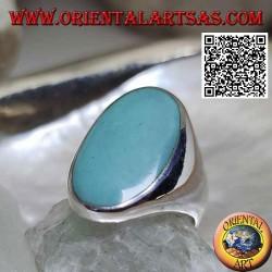 Bague en argent avec turquoise ovale sertie au ras du bord sur une monture lisse