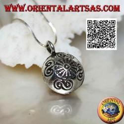 """Ciondolo in argento """"Chiama Angeli"""" a sfera schiacciata con decorazioni incise, stile Karen"""