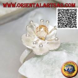 Anello in argento satinato a forma di fiore con con anemone di mare e zircone citrino centrale