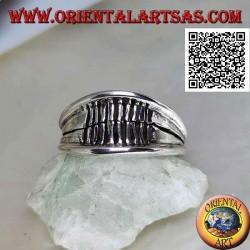 Anello in argento a fascia liscia crescente con bordo sporgente e linee incise verticalmente