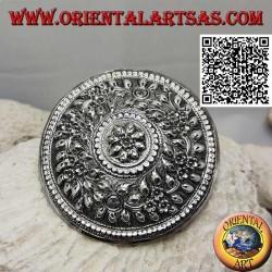 Fermacapelli in argento scudo cesellato a decorazione floreale con fiore centrale (chiusura a clip in metallo)