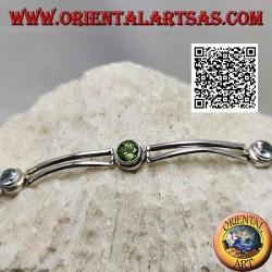 Bracelet en argent semi-rigide lisse avec péridot entre deux aigues-marines rondes