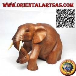 Sculpture d'un éléphant d'Afrique mammouth assis à défenses saillantes, en bois de teck (13 cm)