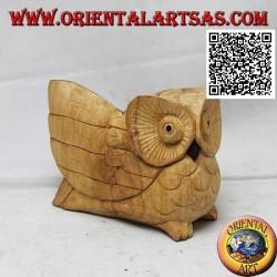 Skulptur einer Dreiviertel-Eule mit einem ausgebreiteten Flügel aus Hibiskusholz