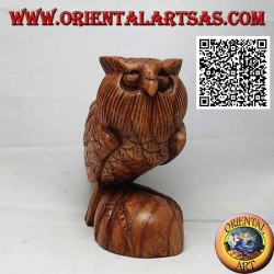 Skulptur einer Eule in aufrechter Position auf den Beinen, handgeschnitzt in 16 cm Suarholz