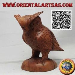 Escultura de un búho real de pie sobre sus patas tallada a mano en madera de suar de 17 cm.