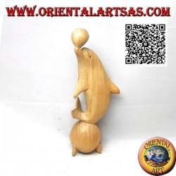 Sculpture d'un dauphin jonglant entre deux boules en bois d'hibiscus de 20 cm