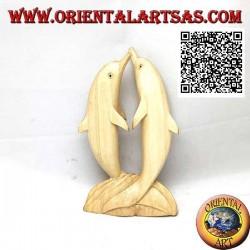 Skulptur eines Paares tanzender Delfine, die auf der Klippe in 16 cm Hibiskusholz stehen