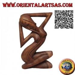Scultura di una donna sensuale nuda a gambe incrociate e capelli lunghi, in legno di suar da 21 cm