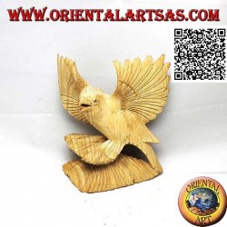 Sculpture of an eagle on legs with spread wings in hibiscus wood of 15 cm