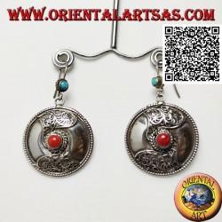 Boucles d'oreilles bouclier en argent à décor de corail tibétain central et filigrane