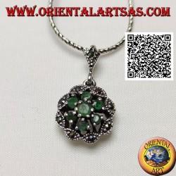 Ciondolo in argento a margherita con 6 +1 smeraldi naturali tondi su cornice a nuvoletta di marcassite