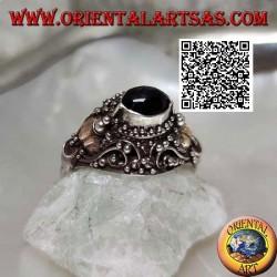 Silberring mit einem erhabenen horizontalen ovalen Onyx in ethnischer Umgebung mit 14 Karat Goldblättern
