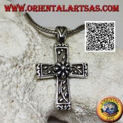 Colgante de plata cruz latina con adornos florales y margarita central