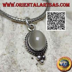 Ciondolo in argento con pietra di luna ovale contornata da intreccio e tre palline sotto
