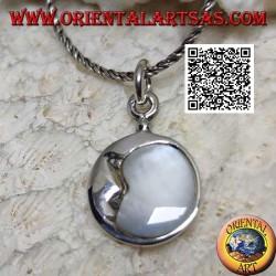Ciondolo in argento tondo con luna crescente abbracciata a madreperla