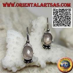 Orecchini in argento con quarzo rosa su montatura liscia con palline sopra e sotto