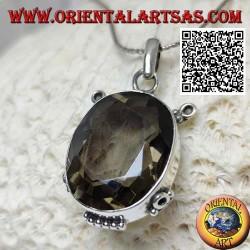Ciondolo in argento con splendido quarzo fumé ovale sfaccettato su montatura liscia con inserti
