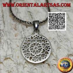 Ciondolo in argento con fiore di loto traforato in una medaglietta circolare