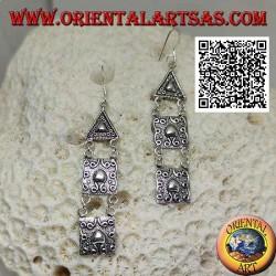 Silberne Hakenohrringe mit dreieckigen und quadratischen Platten mit Hochreliefdekor