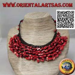 Collier ras de cou en macramé avec perles et fragments de corail