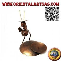 Portacandele in ferro battuto, formica contadina con la zappa sulle spalle