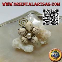 Bague fleur ajustable en pâte howlite et centre nacre avec spirale en laiton plaqué or (macramé)