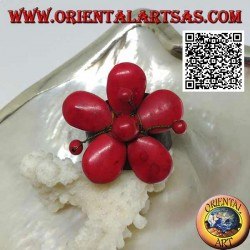 Anello regolabile in cuoio a fiore con pistilli in pasta di corallo e fili di ottone dorato