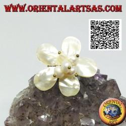 Bague fleur ajustable avec perles de nacre centrale en laiton plaqué or (macramé)