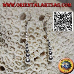 Silberne Hebelohrringe mit einer Reihe hängender, glatt wachsender Kugeln