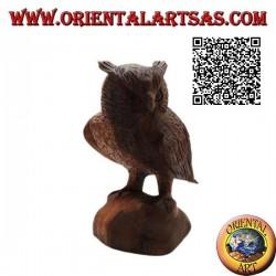 Skulptur einer Uhu, die aufrecht auf ihren Pfoten steht und handgeschnitzt in 21 cm Suarholz ist