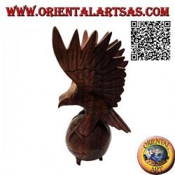 Scultura dell'aquila reale ad ali spiegate in piedi sul mondo in legno di suar da 33 cm