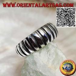 Silberring, konvexes Band mit zunehmender Höhe mit glatten und gravierten vertikalen Segmenten