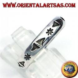 anillo de plata, estrella tallada y triángulos