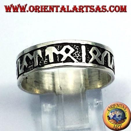 anillo de plata con runas celtas