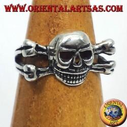 anello in argento teschio sulle osse