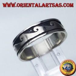 Anello fedina in argento con onda a bassorilievo