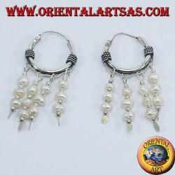 orecchini in argento a cerchio con perle di fiume