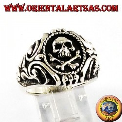Anello d'argento, teschio pirata con croce laterale