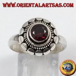 Anillo de plata con granate natural redondo facetado