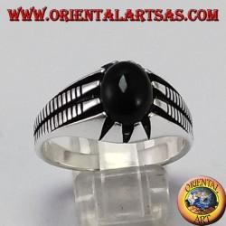 Silberring mit ovalen Onyx unter acht Spitzen gesetzt