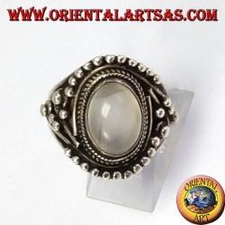 Bague en argent avec ovale Moonstone (adulaire) avec des boules décorations asymétriques