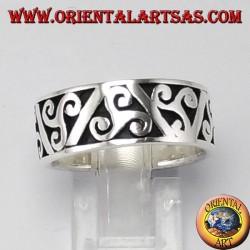 Anello d'argento a fedina, triskell a bassorilievo