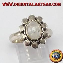 Anello d'argento con pietra di luna arcobaleno ovale e bordo borchiato