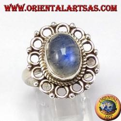 Anello d'argento con pietra di luna arcobaleno ovale e bordo di cerchietti
