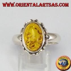 Anello d'argento con ambra ovale a bordo intagliato